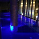 По вечерам бассейн красиво подсвечен. Жаль, вода не подогревается.
