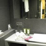 Badezimmer mit grossem Spiegel