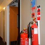 Feuerlöscher im Hotelflur