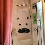 Cabine de douche hydromassante dans notre chambre