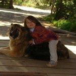 Martina jugando con Nacha, la perra de Patagonia sin fronteras. Un amor!