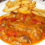 Las sabrosisimas manos de cerdo con salsa de tomate y pimientos.