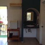 habitación con refrigerador,secadora de pelo, aire acondicionado