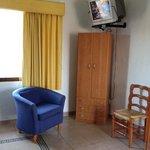 habitación con televisión, closet y plancha