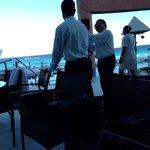 Los mozos poniendo cerco para q no podamos ingresar a la terraza a comer del buffet... Muy mal..