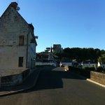 historisches Brücken-Zoll-Häuschen mit Blick auf die Burg, darunter Les Tuffeaux