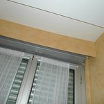 Grieta en el techo de la habitación, junto a la ventana