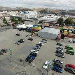 7階の部屋からの眺め、真下の空き地はだだっ広い駐車場