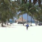 Entrada a la playa desde el hotel