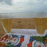 на пляже с шампанским