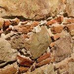 Détail de la chambre (mur de briques)
