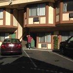 вот такой отель - парковка вход - все рядом и бассейн!!
