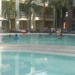 Jeu de volley tout habillé dans la piscine