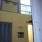 pasillo con habitaciones arriba y abajo