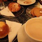 brioches à la cannelle et chocolat chaud sans goût