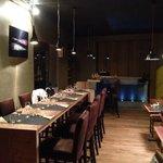 et le bar tout en iroko, en enfilade de la table..