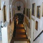 Corredor interno, piso térreo, com a recepção ao fundo