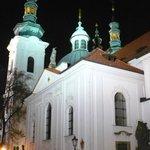 Vista parcial de uma igreja externa, à noite