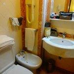 Banheiro do Sana Rex Lisboa, com secador de cabelo.