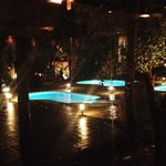 Vistas desde el comedor de la zona de piscinas. Precioso de noche