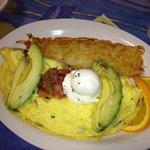 Desayuno omelete con tortilla y aguacate
