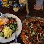 コブサラダとピッザ