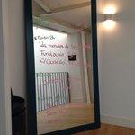 информация о погоде и мероприятиях в городе на зеркале рядом с кофемашиной