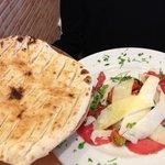 Le carpaccio et le pain (focaccia)