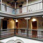 Il ballatoio centrale sul quale si affacciano alcune stanze.