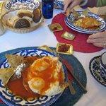 huevos rancheros with pan