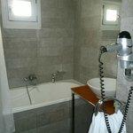Banheiro espaçoso e confortável