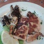 Il secondo piatto con salmone alla piastra e radicchio