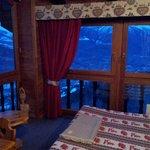 La stanza con grandi vetrate e vista su Aosta