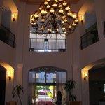lobby, particolare del grande lampadario posizionato sopra dei comodissimi divani