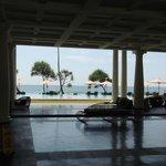 Salon ouvert sur la piscine et la mer