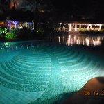 la piscine principale de nuit