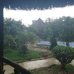 En un día lluvioso, la vista desde mi habitación a la piscina y el área de hamacas