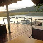 Tidig morgon på verandan vid lodgen