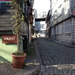 Вид улицы рядом с рестораном