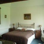 kamer met dubbel bed op gelijkvloers
