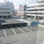 ホテル前駐車場とコンビニ