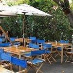 Mesas externas: ambiente delicioso para almoço ou jantar.