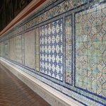 パティオ回廊のスペイン(セビリア)製青タイルが見事!