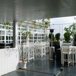 la salle à manger comporte une terrasse extérieure