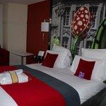 Notre lit dans une chambre superbement décorée aux peintures représentant Lille