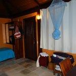 Porta de entrada do bangalô, cama extra e armário (com cofre)