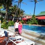 yo con mi pareja en el área de una de las piscinas