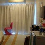 Стул, стол, зеркало и пр. в номере