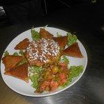 assortiment salade marocaine, briouates et pastilla au poulet et amandes