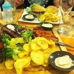 Hamburgers et assiette barbecue